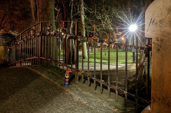 Jak usunąć rdzę z żelaznej bramy?