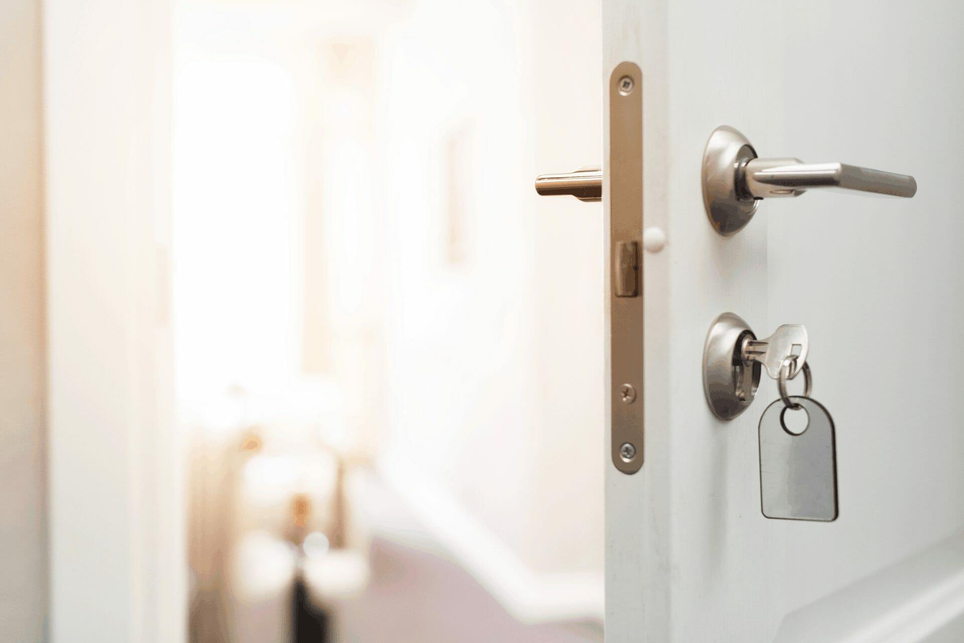 skrzypiace zawiasy w drzwiach