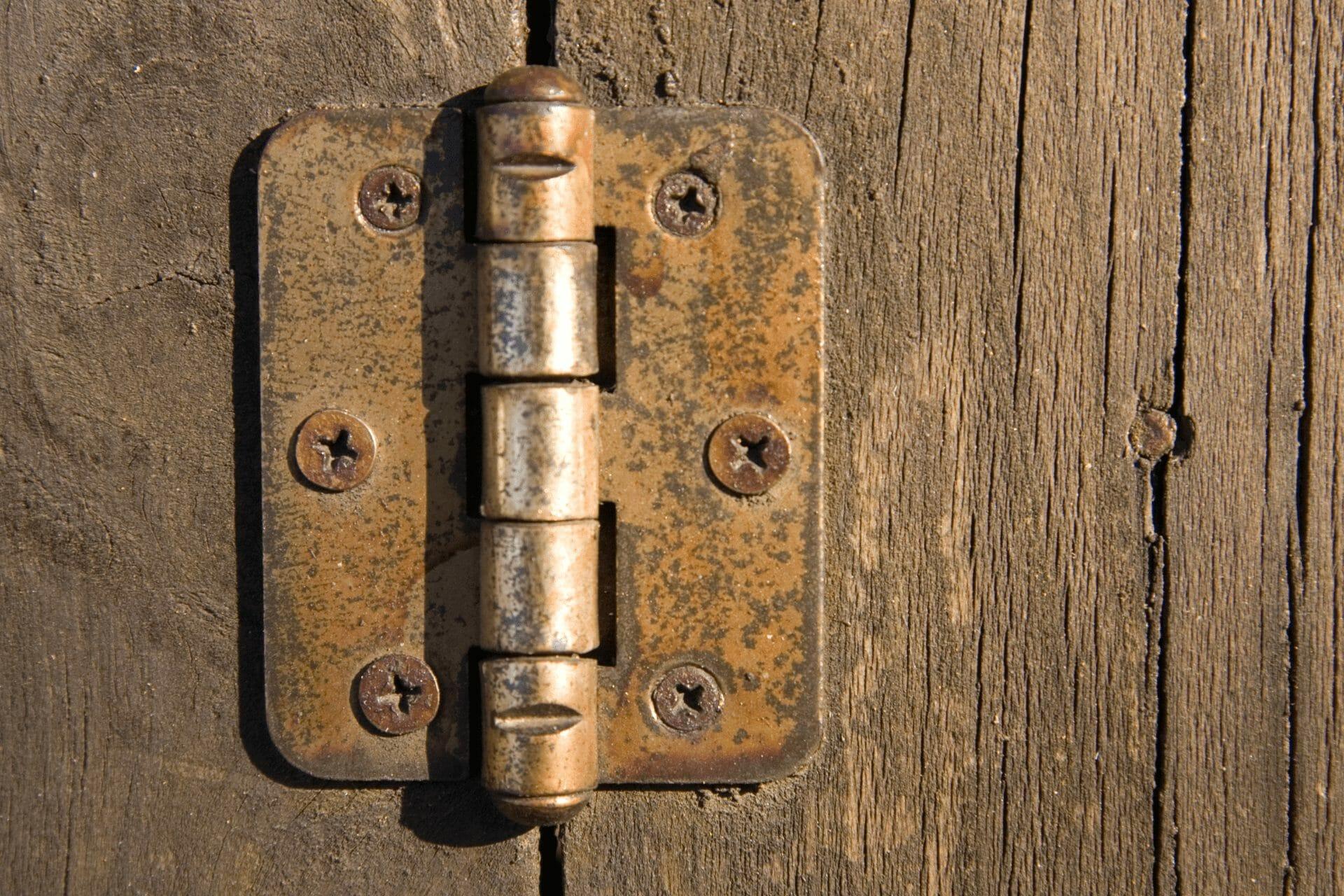 zawiasy skrzypiacych drzwi